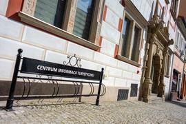 Wejście do Centrum Informacji Turystycznej w Bystrzycy Kłodzkiej Plac Wolności 17