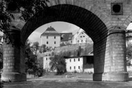 Wiadukt kolejowy nad Nysą Kłodzką, w tle Wójtostwo, fot. Tadeusz Scelina (ok. 1950 r.)